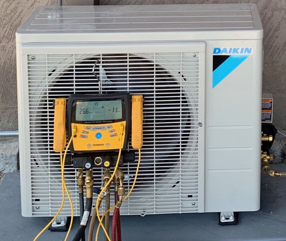 Refrigerant gauges testing for contamination within the refrigerant lines